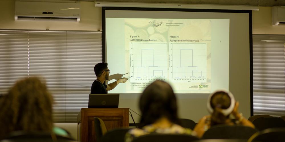 Estudantes de iniciação científica apresentam trabalhos em seminário parcial do Instituto Mamirauá