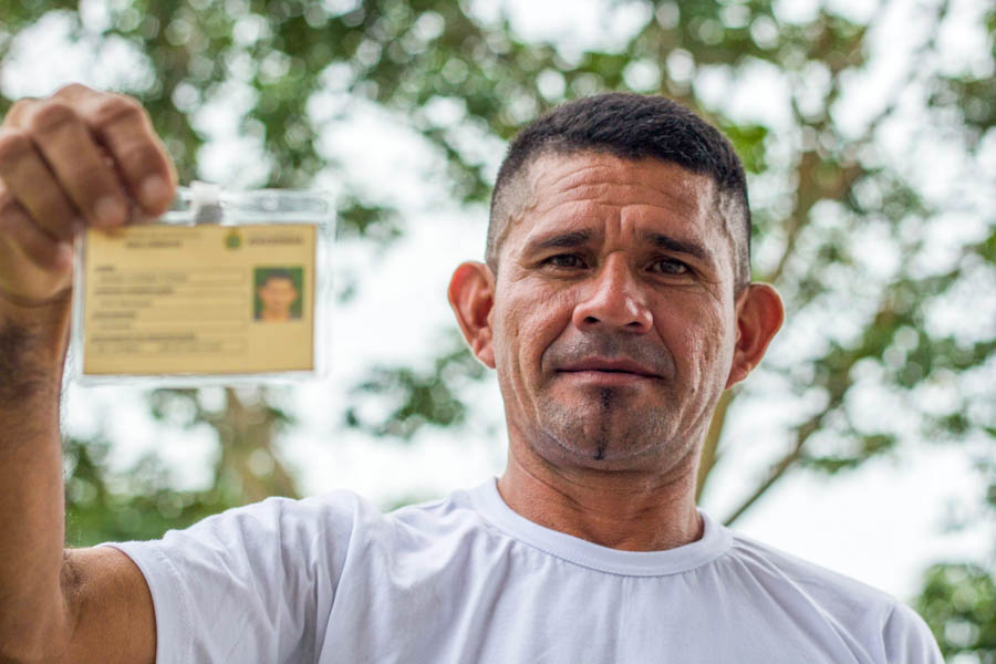 Ribeirinhos recebem carteirinhas de agentes ambientais na Amazônia